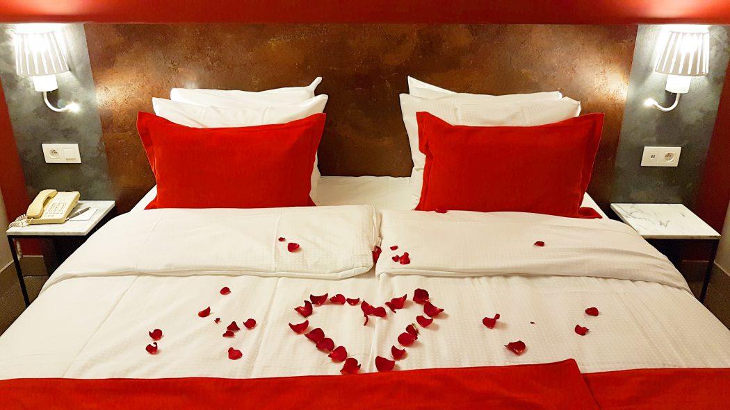 rozenblaadjes op bed