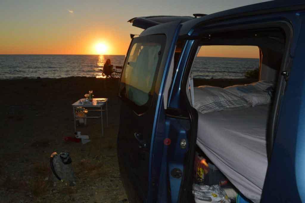 campervan life zonsondergang