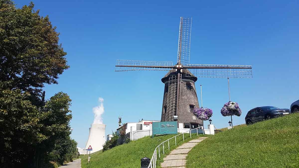 de molen met een kerncentrale op de achtergrond
