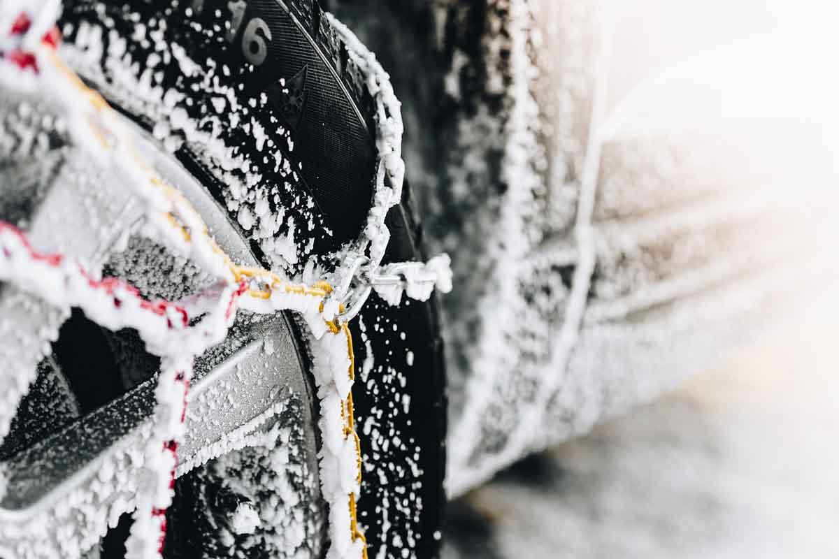 winterbanden met sneeuwketting